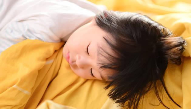 Un niño durmiendo.