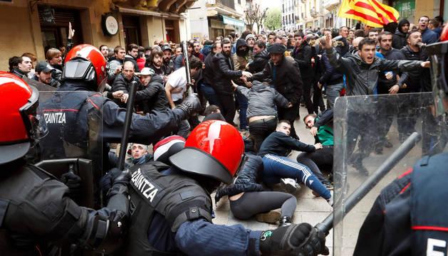 La Ertzaintza carga contra manifestantes tras el mitin de Ciudadanos en Rentería