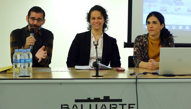 foto de El profesor Carlos Cebrián y las psicólogas Montserrat Peris y María Contreras, este domingo en Baluarte