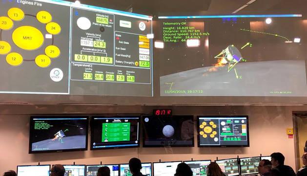 Fotografía cedida por Israel Aerospace Industries (IAI) que muestra el centro de control de SpaceIL en Yahud (Israel).