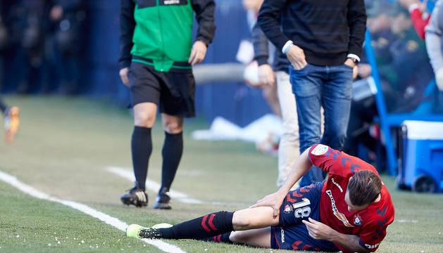 Juan Villar se lamenta tras sufrir un golpe en el partido contra el Deportivo.