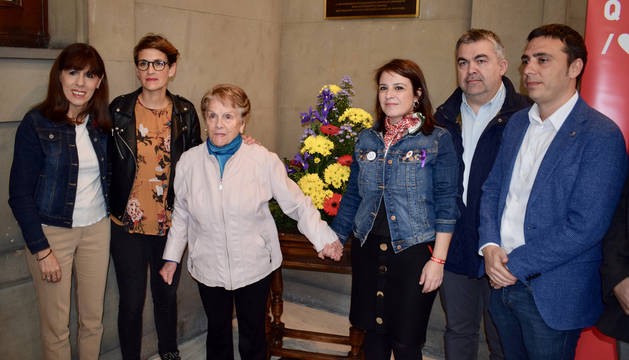 Lastra, cuando a Chivite y otros dirigentes socialistas, en el zaguán del Ayuntamiento de Pamplona tras el homenaje a socialistas asesinados y represaliados de la República.