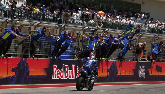 Rins y los mecánicos de Suzuki celebran la victoria en el Gran Premio de las Américas.