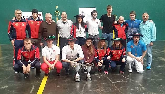 Técnicos y pelotaris navarros, con los trofeos tras las finales en el frontón Ogueta de Vitoria de 2018.archivo.