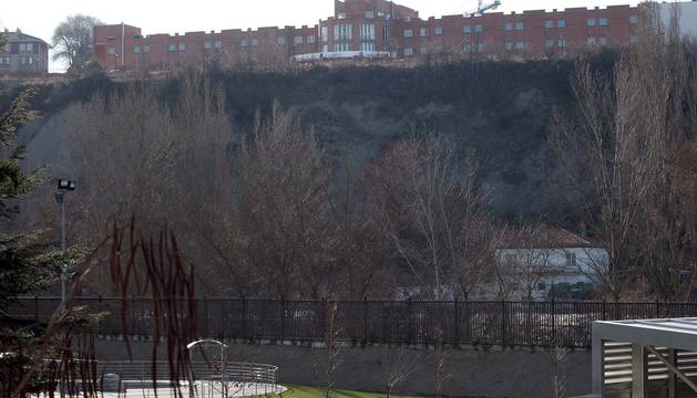 Vista de las instalaciones de la clínica San Miguel, en lo alto de Beloso, desde Burlada.
