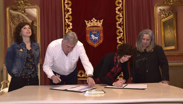 De izquierda a derecha, la concejala Patricia Perales; el alcalde de Pamplona, Joseba Asiron, la presidenta de la Asociación Casa de Mujeres, Patricia Oloriz Espinal; y la secretaria de la Asociación, Egleé Torres Zulueta durante la firma.