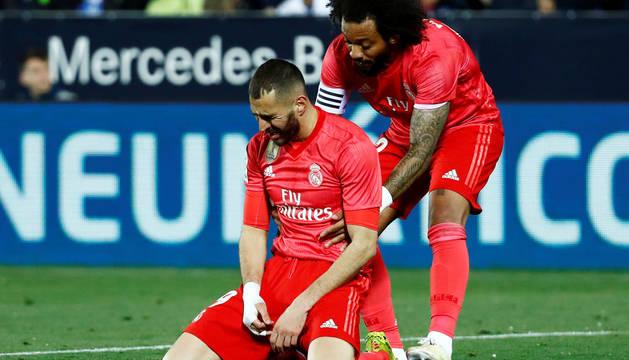 Marcelo anima a Benzema durante el partido Leganés-Real Madrid en Butarque.