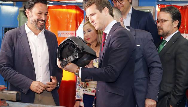 Pablo Casado, observa una careta de soldador durante la visita al centro de formación técnico-profesional del metal de Las Palmas de Gran Canaria.