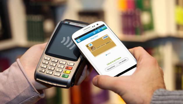 Una persona paga con tarjeta de crédito.