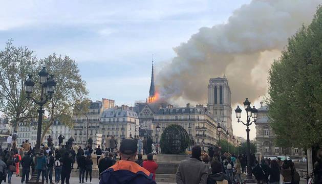 El fuego, en el tejado de Notre Dame de París.