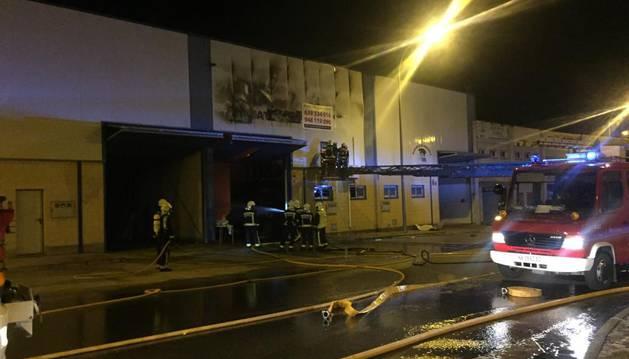 foto de Los bomberos han tenido que sofocar el fuego de un incendio en Bizcochos Dorleta de Corella.