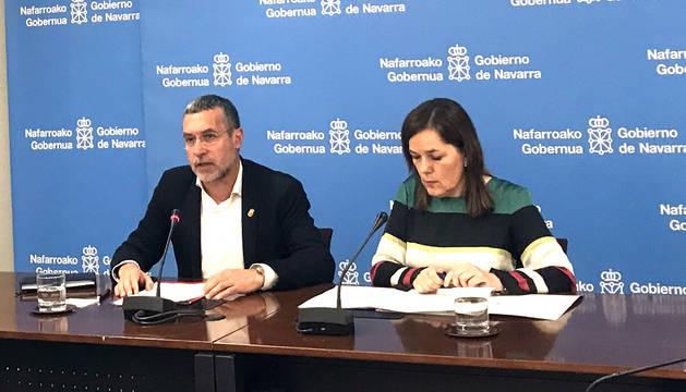 El vicepresidente Laparra y Gema Mañú, durante la presentacion del nuevo decreto de financiación de los Servicios Sociales de Base de Navarra.