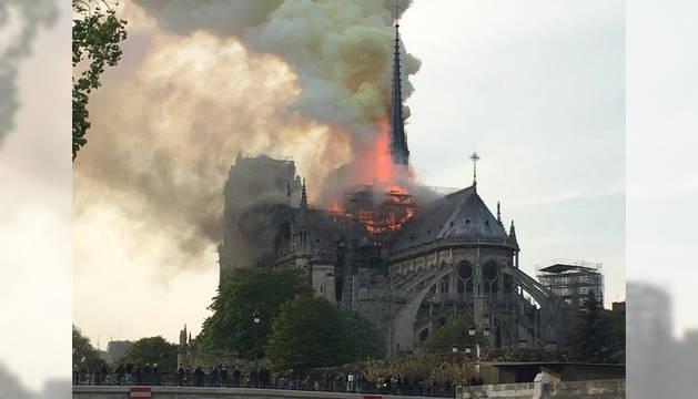 foto de La catedral de Notre Dame de París, en llamas.