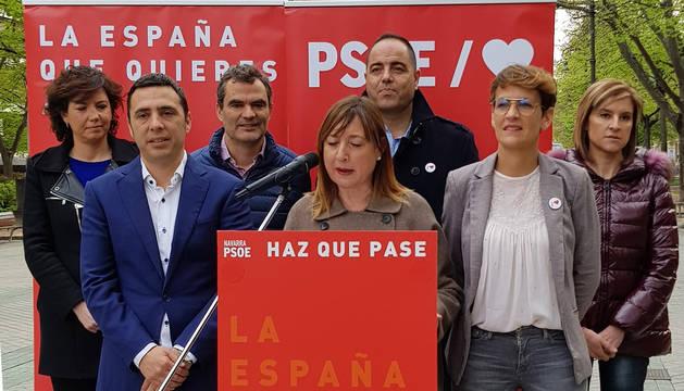 Conchi Ruiz y otros dirigentes socialistas, en el paseo de Sarasate.