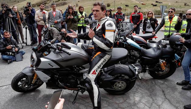 Albert Rivera celebra un acto electoral con motoristas en el mirador de Ángel Nieto, cerca del puerto de la Cruz Verde de Madrid.