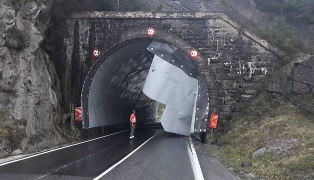 El viento provoca la caída de la tela asfáltica del techo del túnel de Eugi