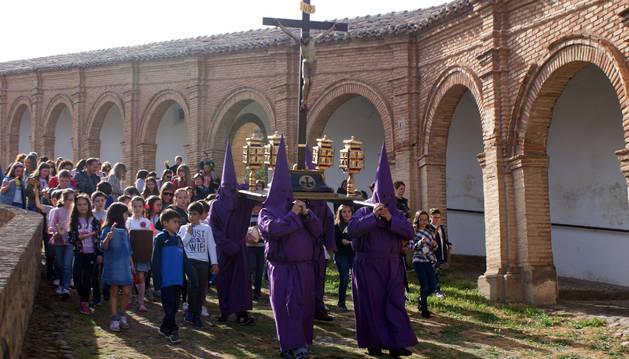 Foto de un instante de la procesión, a su paso por la cuesta de la arcada del Romero.