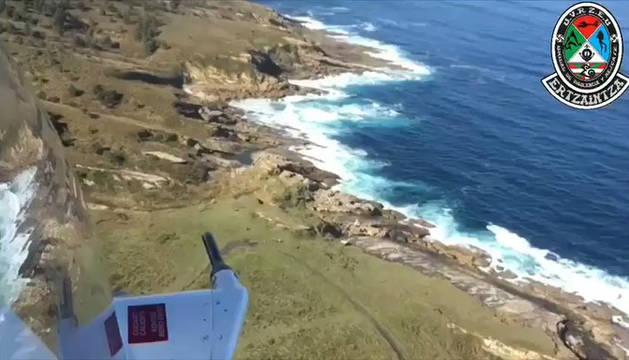 El helicóptero de la Ertzaintza, en las labores de búsqueda.