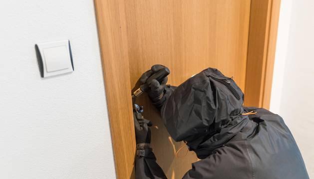 Foto de los ladrones fuerzan las cerraduras y roban en el interior aprovechando la ausencia de los inquilinos.