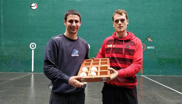 Foto de Retegi y Laso posan con las cuatro pelotas del encuentro del dieciseisavos de final del Manomanista.