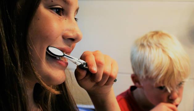 OCU advierte de los riesgos de blanquear los dientes con carbón activado