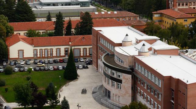 Foto de aérea del Complejo Hospitalario de Navarra, con el edificio de Enfermería en primer término.