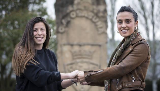 Foto de Nerea Valeriano, a la izda., pone la calidad en el centro del campo. Su compañera Lidia Alén, la fuerza. Las dos posan en Tajonar.