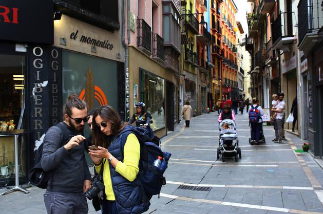 La calle Zapatería despojada de aceras y de calzada y convertida en una de las más comerciales del Casco Antiguo.