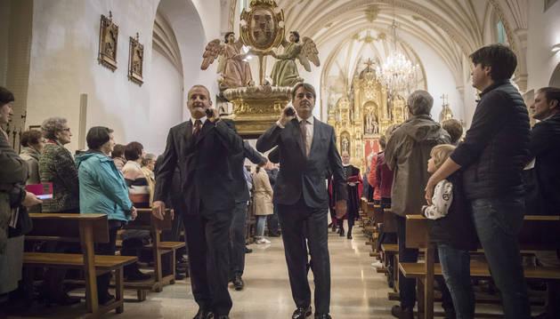 Foto de los hermanos Fermín y Juan Manuel Martínez Téllez portando la efigie de las Cinco Llagas.