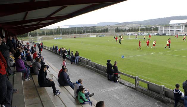 Foto de parte del numeroso público que siguió el entrenamiento de Osasuna.