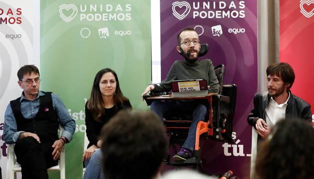 Foto del secretario de Organización de Podemos, Pablo Echenique (2d), el cofundador de Podemos Juan Carlos Monedero (i), la candidata al Congreso Ione Belarra (2i), y el candidato a la presidencia del Gobierno de Navarra Mikel Buil (d) en el inicio este jueves en la localidad de Burlada del acto central de la campaña en Navarra de la coalición Unidas Podemos.