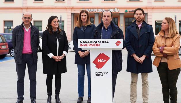 Los candidatos al Senado y Congreso de Navarra Suma, frente a la estación de Renfe en Pamplona.