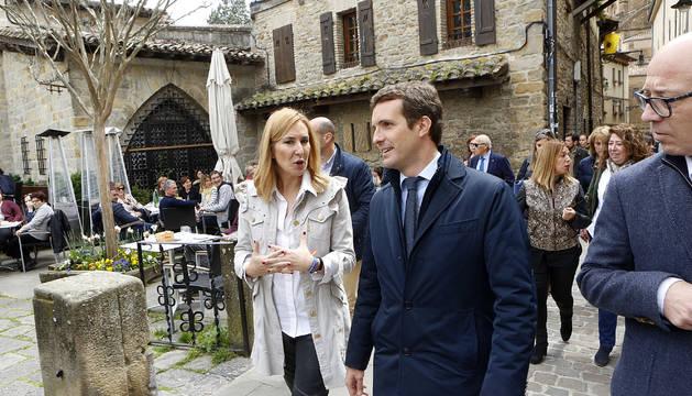 Pablo Casado junto a Ana Beltrán, en el rincón del Caballo Blanco de Pamplona.
