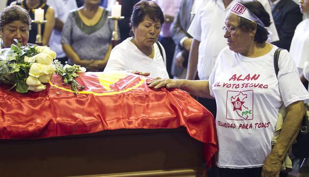 Miles de personas, incluidos políticos y partidarios, ha acudido este jueves a despedir al expresidente peruano Alan García en el velatorio levantado en la 'Casa del Pueblo'.
