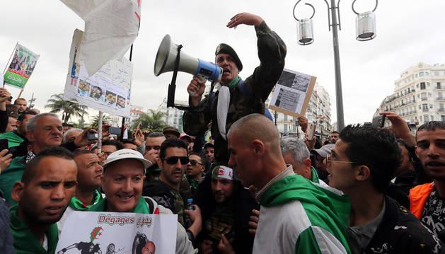 Miles de personas mantienen el pulso en Argel por noveno viernes consecutivo