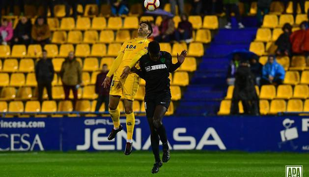 Un lance de juego del partido Alcorcón - Málaga.