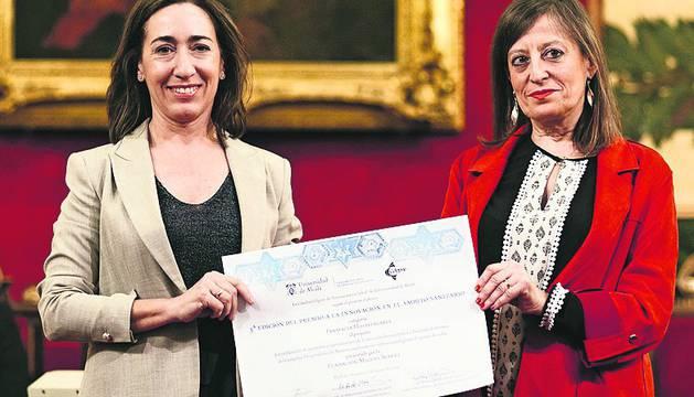 La jefa del servicio de Farmacia Maite Sarobe (izda) recoge el premio.