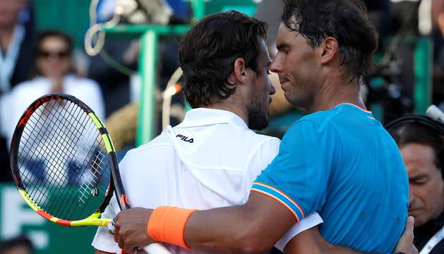 Rafa Nadal consuela a Guido Pella tras su partido en Montecarlo.