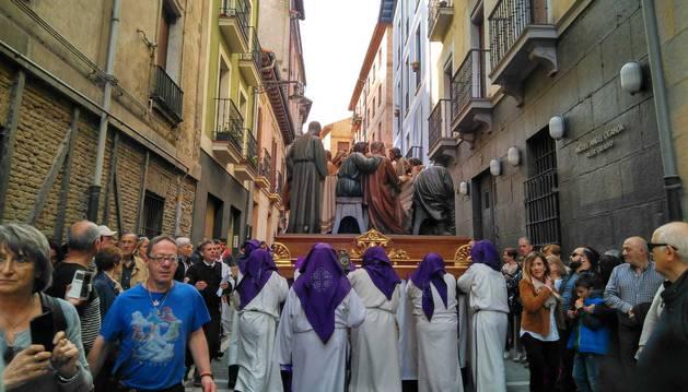 Imagen de uno de los pasos, que espera ya el inicio de la procesión en la calle Dormitaleria.
