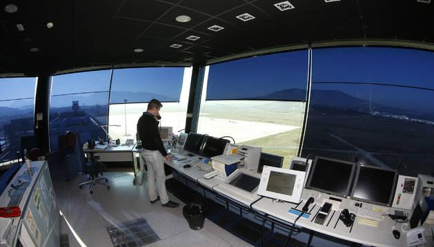 Foto de teléfono en mano, el madrileño José Antonio Sanz ofrece indicaciones a una aeronave que vuela por las inmediaciones.