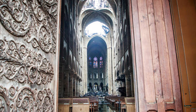 Foto del interior de Notre Dame tras el incendio.