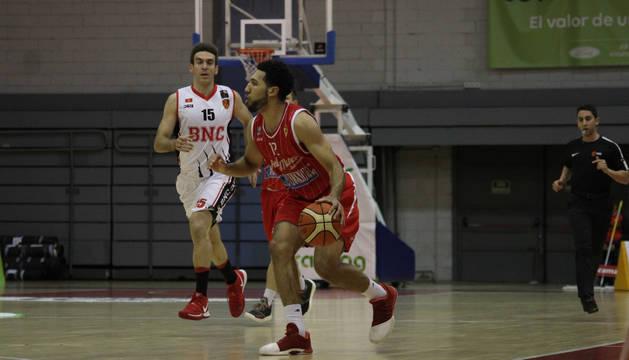 El escolta del Real Murcia, Patrick Whelan, sube el balón ante el capitán del BNC, Iñaki Narros.