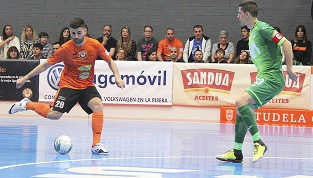 David Pazos, jugador de Aspil-Vidal Ribera Navarra, ante Ortiz, de Movistar Inter.