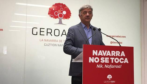 Koldo Martínez, durante el acto en la sede de Geroa Bai en Pamplona.