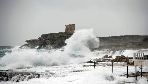 Fuerte oleaje junto al paseo marítimo de la urbanización S'Algar, en el municipio de Sant Lluís (Mallorca).