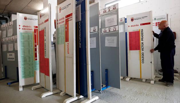 Las cabinas, las urnas  y los paneles electorales, trasladados ya a los colegios de Pamplona.