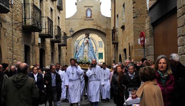Traslado de la Virgen por las calles de Olite.