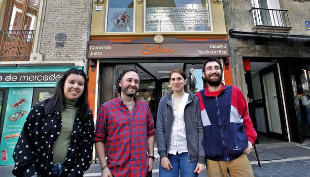 Desde la izda, Lea Tarby, José Luis Mariñelarena Oiz, Clemence Merceron y Remi Brard, de la tienda de comercio justo Setem.