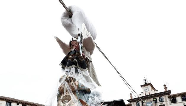 Multitudinario acto en la capital ribera en el que la niña Daniella Garro descendió desde la Casa del Reloj cumpliendo la tradición.