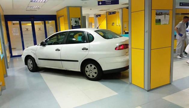 Imagen colgada en Twitter por la cuenta Enfermera Saturada con el vehículo en el interior de Urgencias.